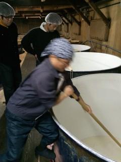 櫂入れをする富田杜氏、激しすぎてブレてます!!!