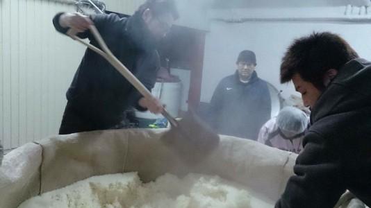 蒸米を掻き出す隠我・料理長研羊と、はてなのちゃわん店長オサム、その真ん中は中井社長