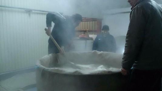 蒸米を掻き出す、料理長研羊