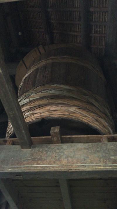 こちらは以前使っていた木桶です。今はもう使っていないので上に置いているそうです