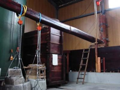 上原酒造さんの撥ね木搾りです。天秤搾りとも言います。手前に重りがあり写真右側に梯子がかかっているのが木槽です。 (Google 上原酒造ページより)